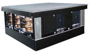 HydroLogic Panel - это плита фальшпола со встроенным теплообменником и вентилятором. Она предназначена для водяного охлаждения стоек с высокой нагрузкой. По сути, эта плита - аналог рядного кондиционера, встроенного в фальшпол. При температуре воды 12/18°C установка двух плит отводит до 20 кВт тепла с одной стойки. Снизив температуру до 7/12°C и увеличив толщину плиты, можно отвести свыше 45 кВт. При необходимости можно разделить участки под фальшполом перегородками, что создает в одном помещении разные климатические зоны. Предусмотрено использование HydroLogic Panel как в качестве единственной системы кондиционирования, так и в комбинации с имеющимися прецизионными кондиционерами.