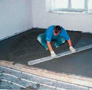 Для полов с обогревом подходят также полусухие бетонные стяжки