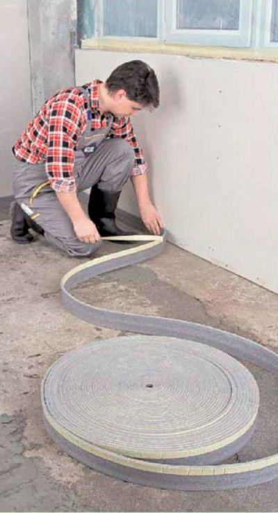 Компенсационную ленту необходимо уложить вдоль стен, вокруг лестниц и опор