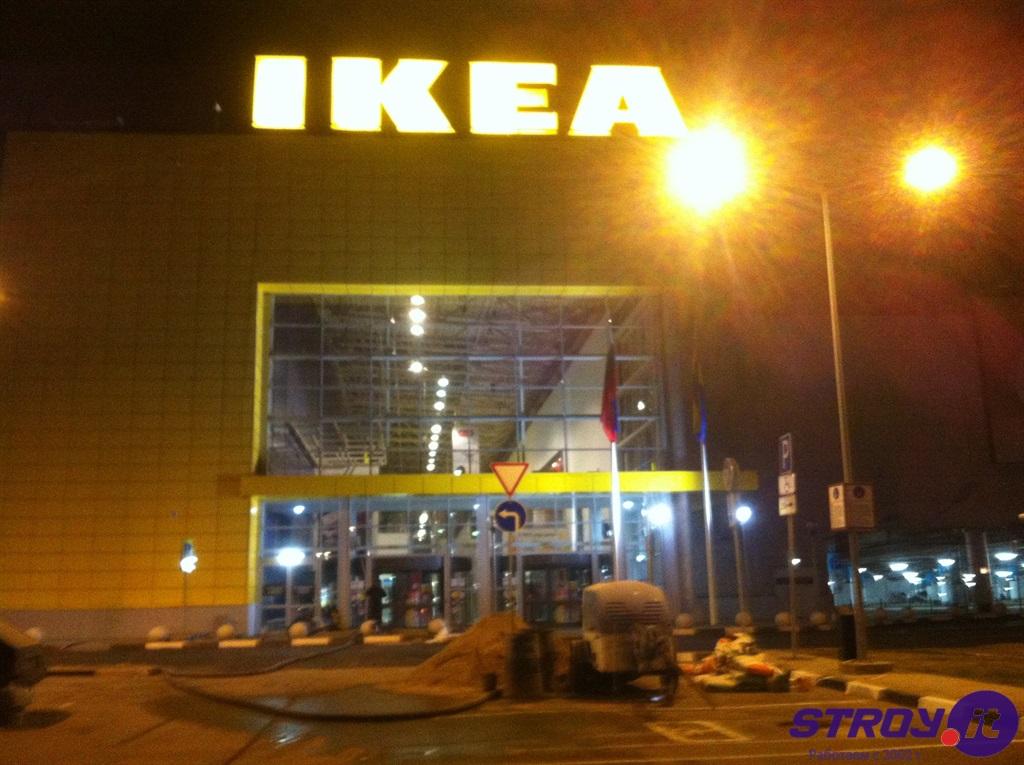 Выполнена полусухая стяжка пола по нагревательным элементам ливневой канализации входной группы мебельного магазина Икея в торговом центре МЕГА в Самаре