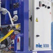 """M300 – революционное решение для стройплощадки! Революционная технология M300 позволяет утверждать о начале нового поколения смесительных насосов. """"Изюминка"""" данной технологии - это новый запатентованный метод, позволяющий оптимально смешивать материалы, сохраняя постоянную консистенцию. Теперь насос не выполняет дополнительных заданий и используется исключительно для подачи материала. Кроме производительности M300 уникальная установка в плане ухода и обслуживания. Применение ПУ-агрегатов, например, для смесительной зоны, призвано снизить затраты времени на уход и обслуживание. Кроме того, эти современные материалы способствуют увеличению срока эксплуатации и не оставляют коррозии шансов."""