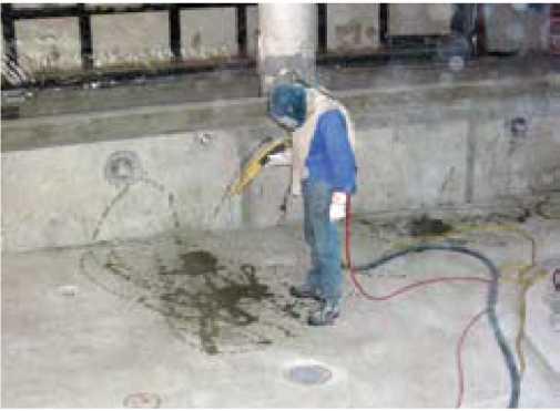 Обработка бетона пескоструйным методом с целью получения оптимальной, шероховатой, несущей бетонной поверхности.